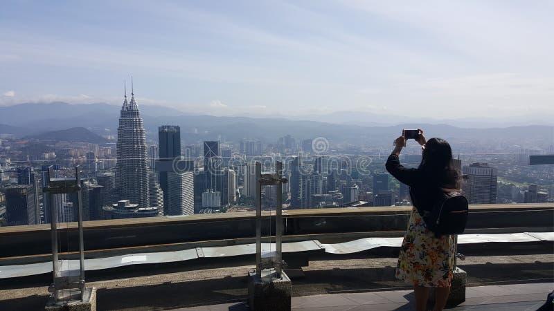 Turisten för den unga kvinnan tar bilden i Malaysia arkivfoto