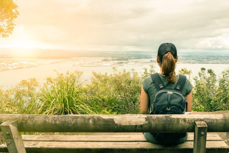 Turisten för den unga kvinnan tycker om havsikten i Mt Maunganui royaltyfria bilder
