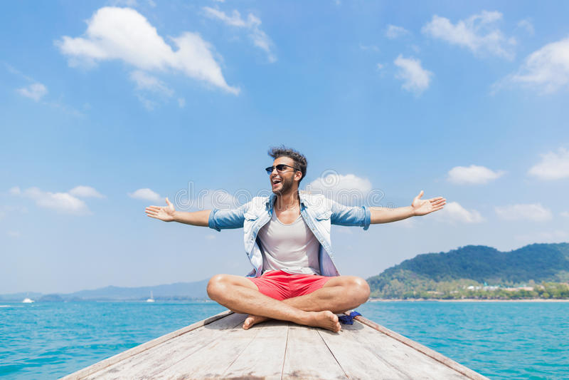 Turisten för den unga mannen seglar för det Thailand för den långa svansen tur för lopp för semester för havet för havet fartyget fotografering för bildbyråer