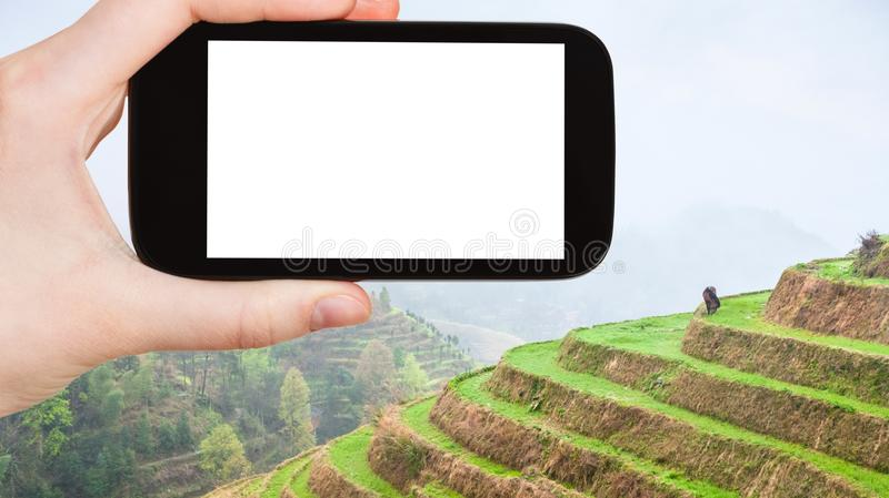 turisten fotograferar risterrasser i Longsheng royaltyfri foto