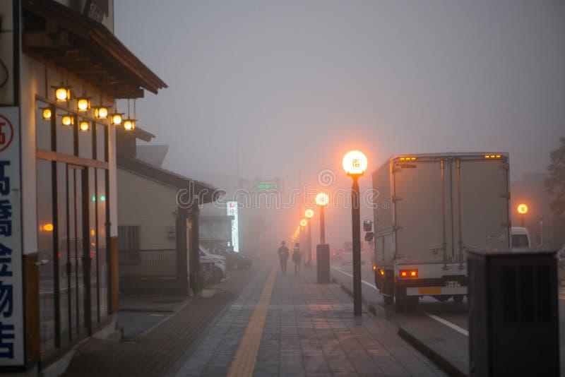 Turisten går i den Nikko staden innehåller dimma i höstsäsong arkivbilder