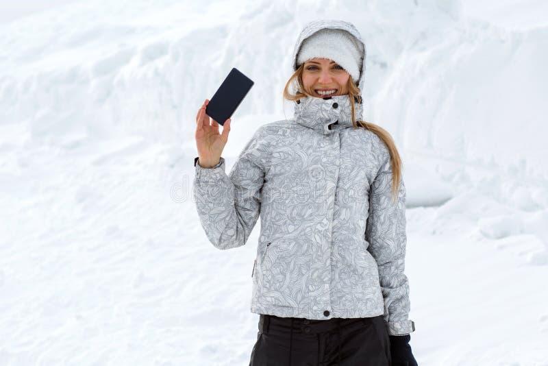 Turisten gör selfies på en hög bergssida royaltyfria bilder