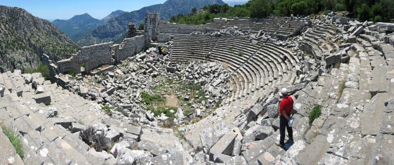 Turisten i röd t-skjorta står i forntida teater på Termessos arkivbild