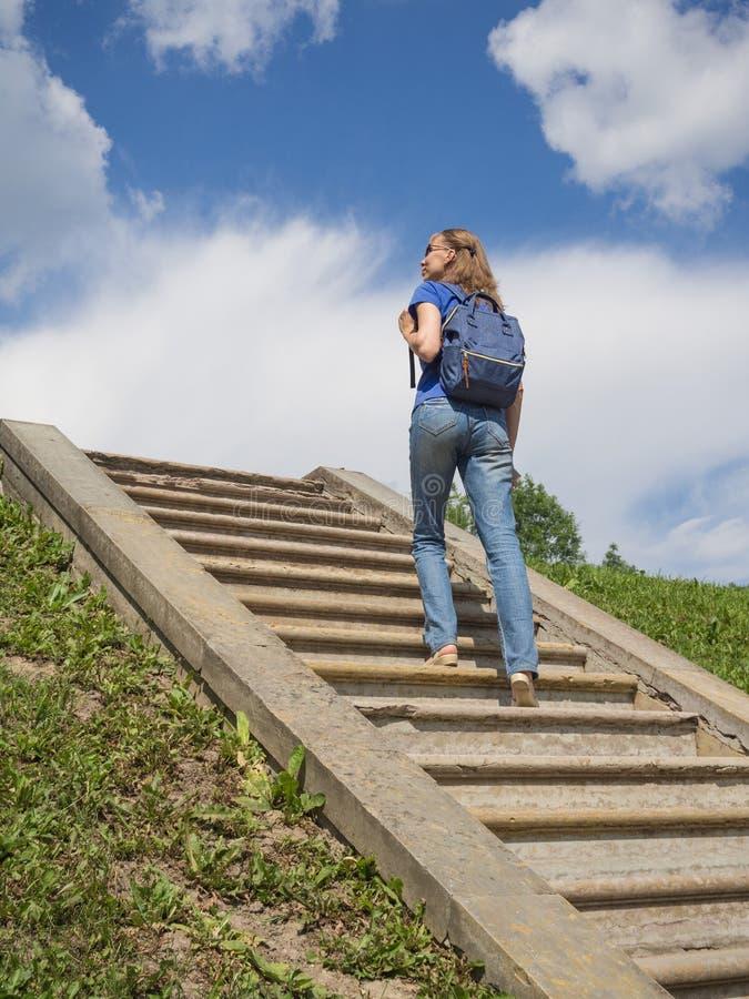 Turisten klättrar trappan till himlen arkivbilder
