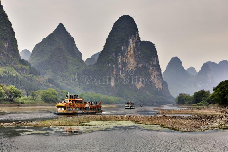 Turisten kryssar omkring på Li River i Guilin, Yangshuo, Guangxi, Kina royaltyfri bild