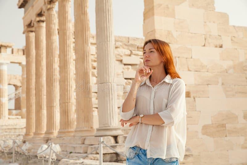 Turisten nära akropolen av Aten, Grekland arkivfoton