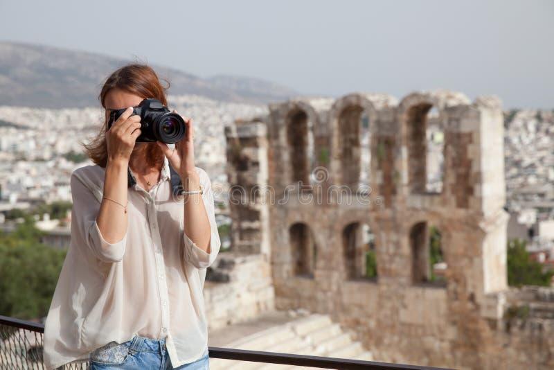 Turisten nära akropolen av Aten, Grekland royaltyfri bild