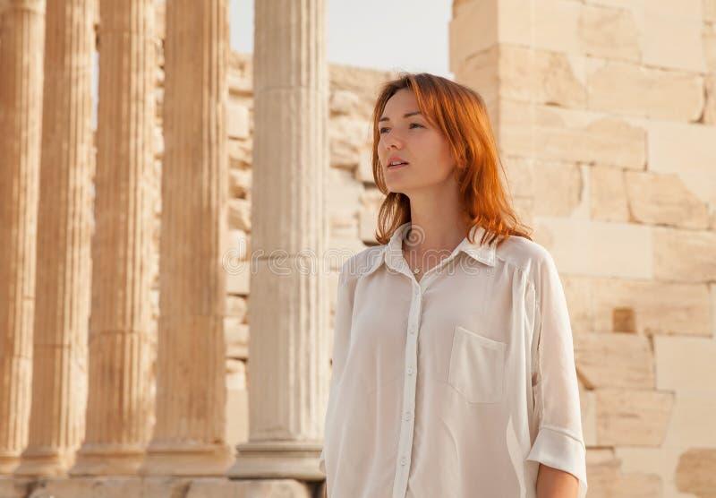 Turisten nära akropolen av Aten, Grekland arkivbilder