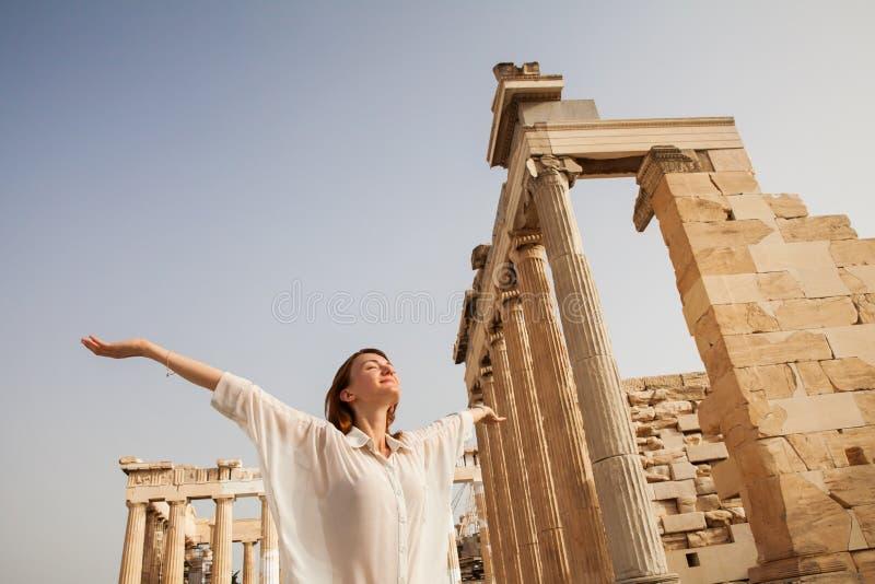 Turisten nära akropolen av Aten, Grekland arkivfoto