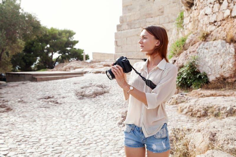 Turisten nära akropolen av Aten, Grekland royaltyfri fotografi