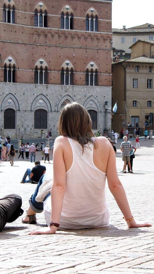 Turisten placeras på campo del palio i Siena, Italien arkivbilder