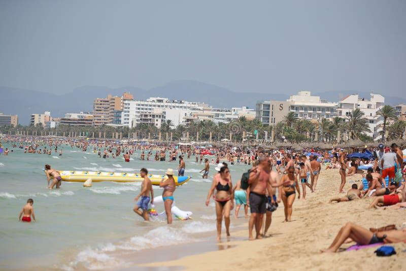 Turisten solbadar eller badar på havet i strand för El Arenal i Mallorca royaltyfri fotografi