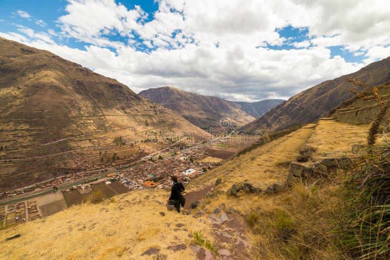 Turisten som undersöker Inca Trails och de majestätiska terrasserna av Pisac, den sakrala dalen, ha som huvudämne loppdestination arkivfoton