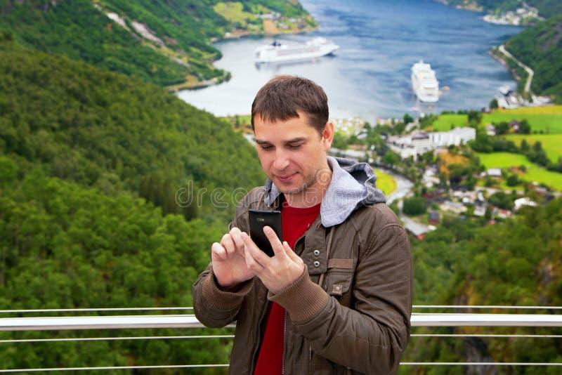 Turisten tar selfie nära den Geiranger hamnstaden Norge arkivfoton