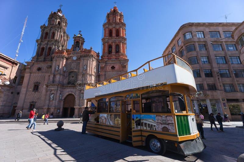 Turisten turnerar bussen i den historiska mitten av San Luis Potosi, Mexico arkivbilder