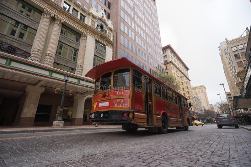 Turisten turnerar bussen i San Antonio Texas royaltyfria foton
