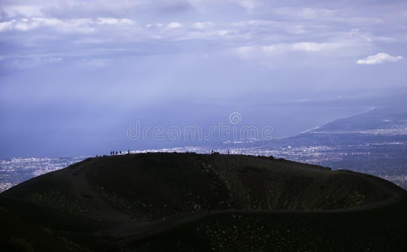 Turister är på bergkanten och tycker om sikten arkivfoto