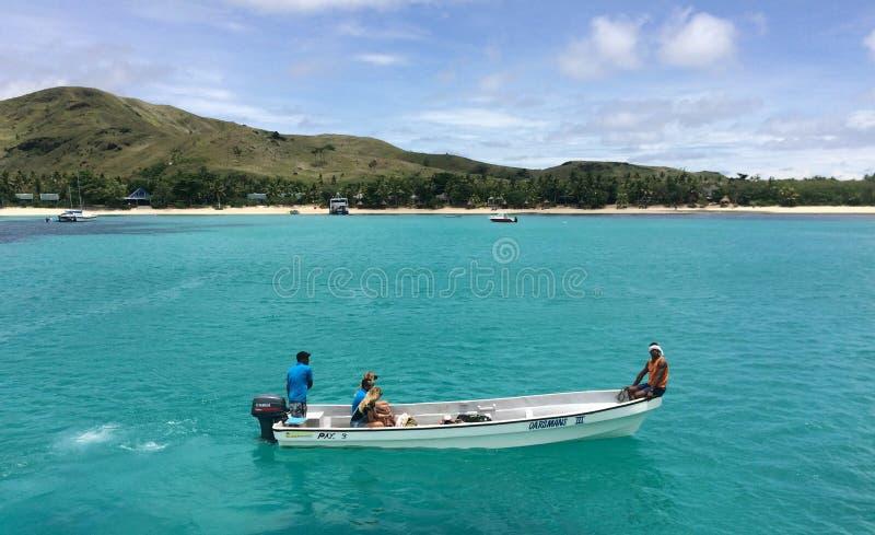 Turister ankommer för att tillgripa på en av de fijianska Mamanucas öarna arkivfoton
