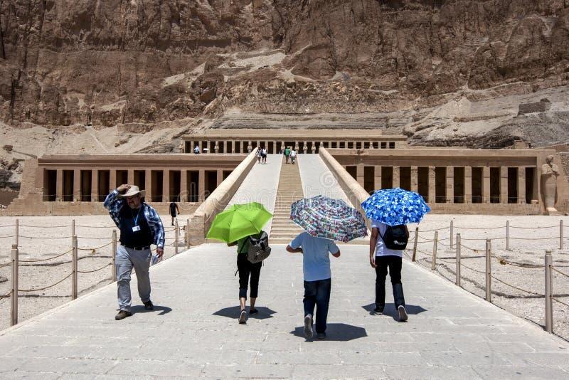 Turister att närma sig övreterrassen på templet av Hatshepsut på Deir al-Bahri nära Luxor i centrala Egypten arkivbilder