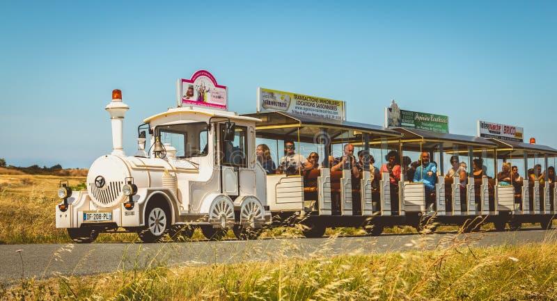 Turister besöker ön av Noirmoutier i Frankrike royaltyfri bild