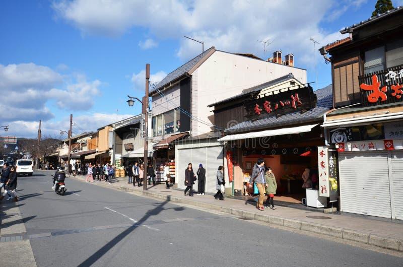 Turister besöker Arashiyama på December 09, 2014 i Kyoto royaltyfria foton
