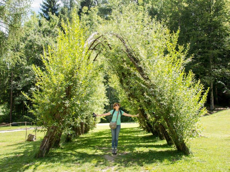 Turister besöker Arte Sella Park, Dolomiti, Italien fotografering för bildbyråer
