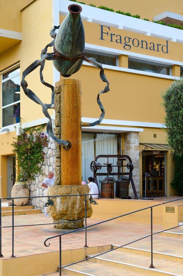 Turister besöker berömd Fragonard doft och skönhetsmedelfabriken i by av Eze, Frankrike arkivfoto