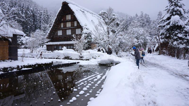 Turister besöker den gamla byn Shirakawa-går in, Japan arkivfoto