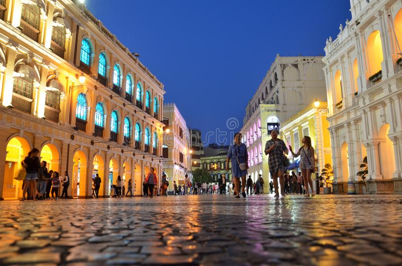 Turister besöker den historiska mitten av Macao royaltyfri bild