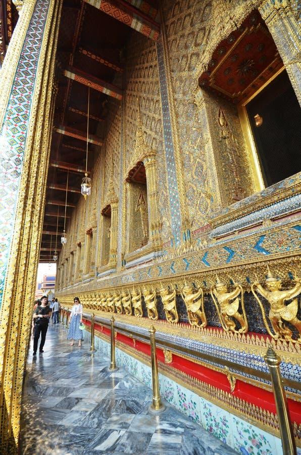 Turister besöker den storslagna slotten i Bangkok, Thailand arkivfoton