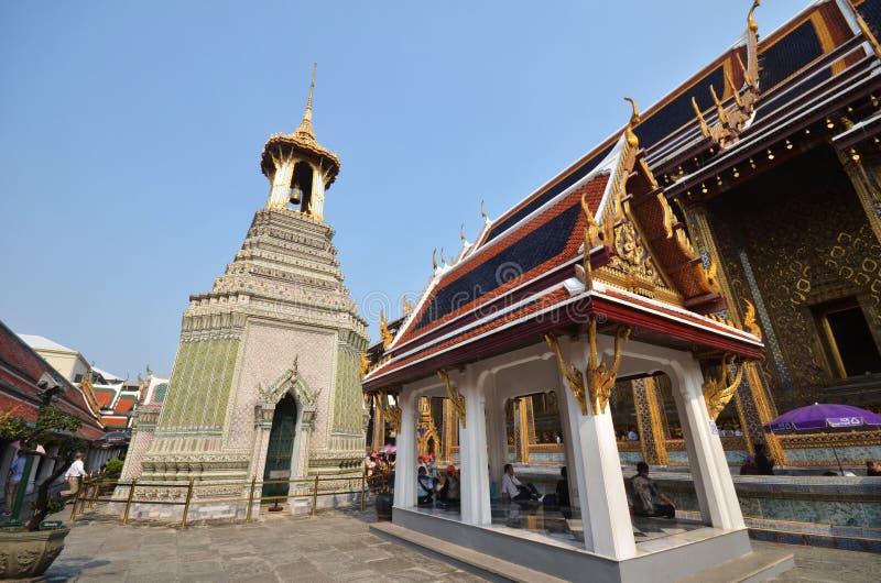 Turister besöker den storslagna slotten i Bangkok, Thailand arkivfoto