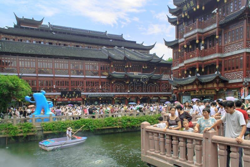 Turister besöker den Yuyuan trädgårdträdgården av lycka Shanghai, Kina arkivfoto