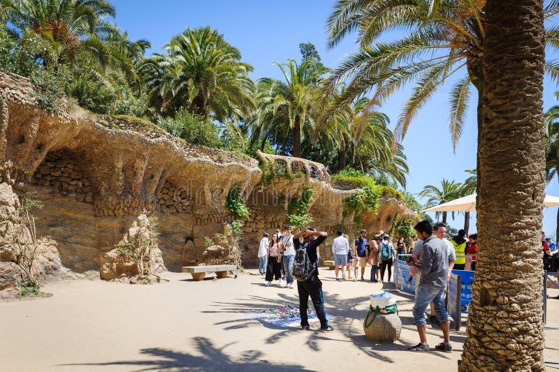 Turister besöker härliga konstobjekt på Park Guel i Barcelona, Spanien royaltyfria foton