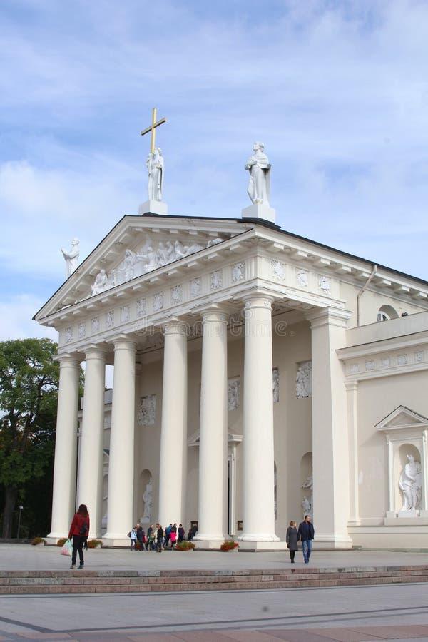 Turister beundrar domkyrkabasilikan i Vilnius, Litauen royaltyfria bilder