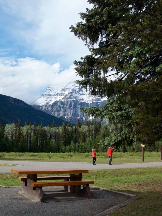 Turister beundrar landskapet på foten av monteringen Robson fotografering för bildbyråer