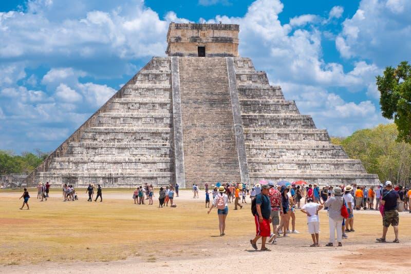 Turister bredvid pyramiden av Kukulkan på Chichen Itza i Mexico royaltyfria bilder