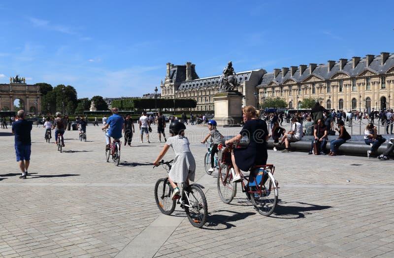 Turister cyklar på Louvremuseet i Paris, Frankrike arkivbild