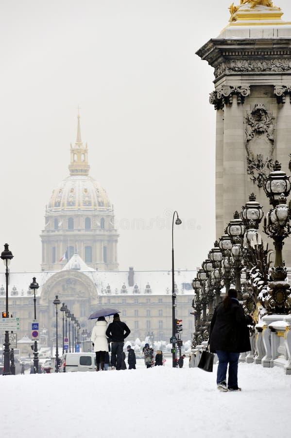 turister för france paris snowstorm som går vinter arkivbilder