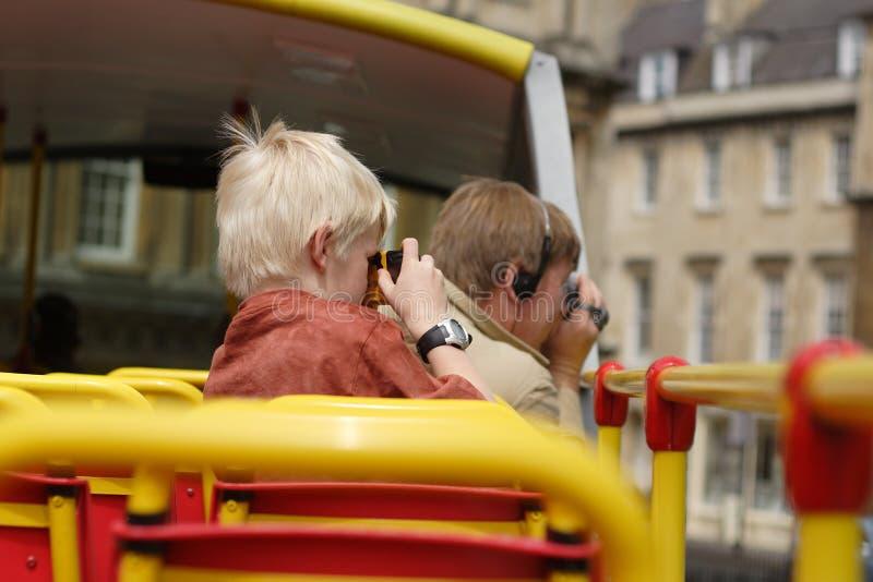 turister för ta för familjbilder royaltyfria bilder