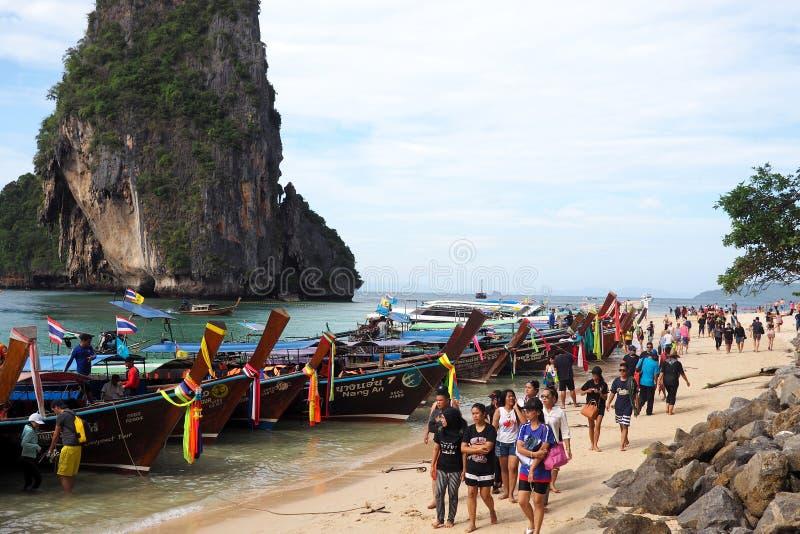 Turister flockas till den Railay stranden, Krabi, Thailand royaltyfria bilder