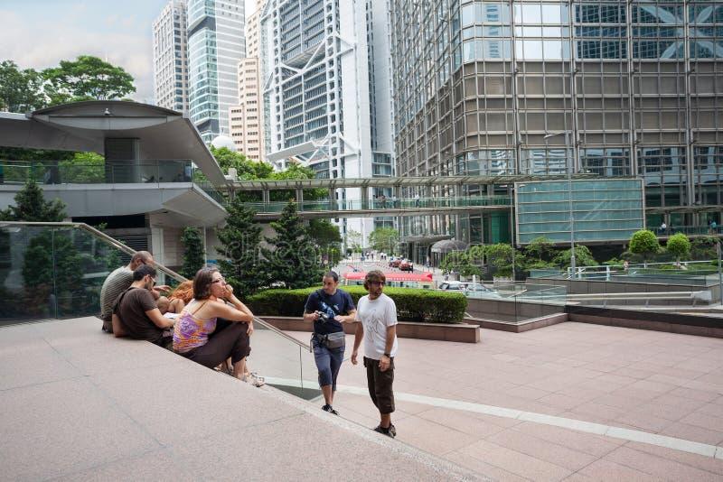Turister från Europa på den Citibank plazaen i Hong Kong royaltyfria foton