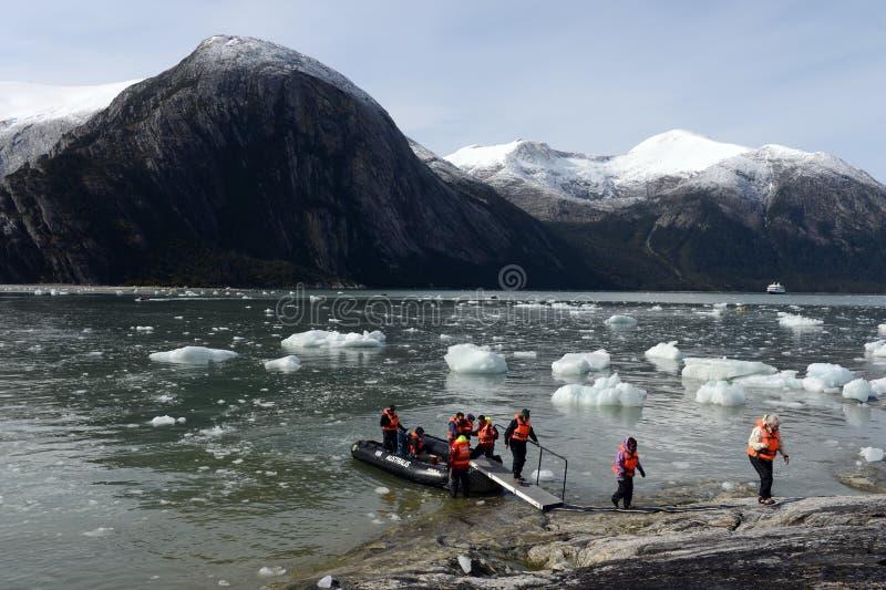 Turister från kryssningskeppet landade på kusten nära Pia-glaciären fotografering för bildbyråer