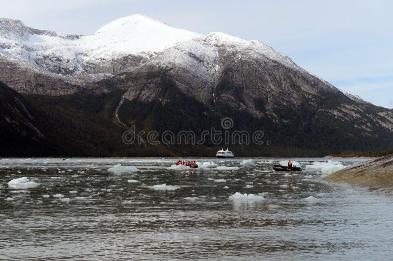 Turister från kryssningskeppet landade på kusten nära Pia-glaciären royaltyfria bilder