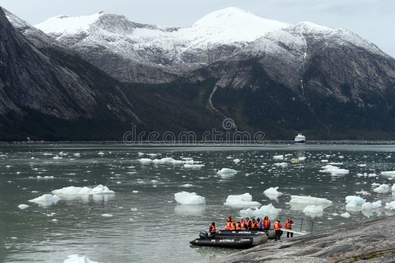 Turister från kryssningskeppet landade på kusten nära Pia-glaciären royaltyfri fotografi