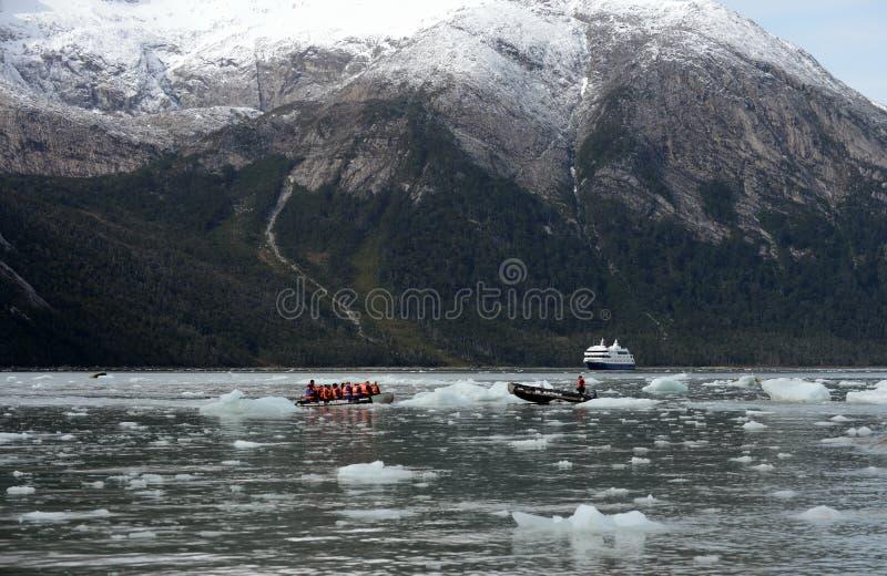 Turister från kryssningskeppet landade på kusten nära Pia-glaciären arkivfoton