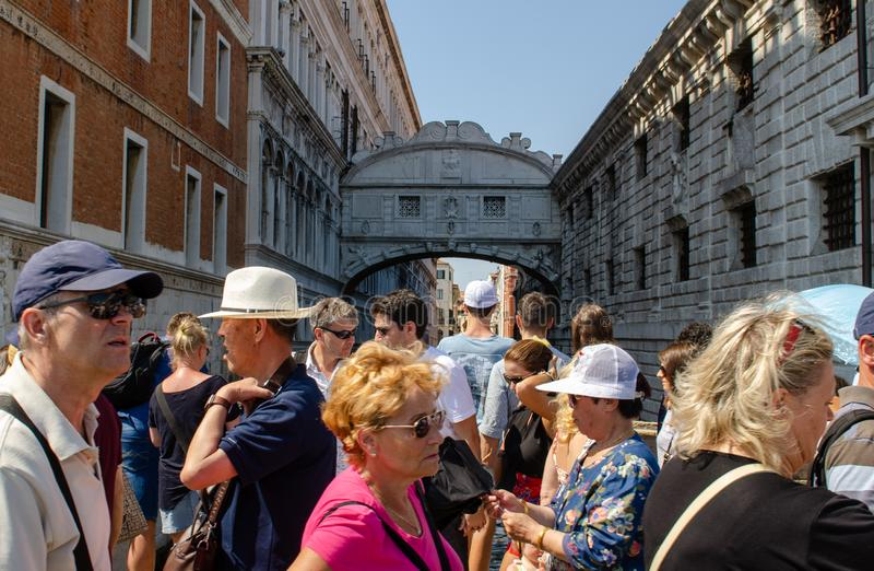 Turister framme av bron av Sighs