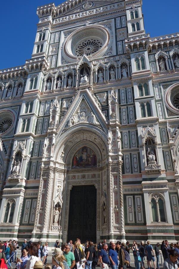 Turister framme av Cattedrale di Santa Maria del Fiore i Florence, Italien royaltyfria foton