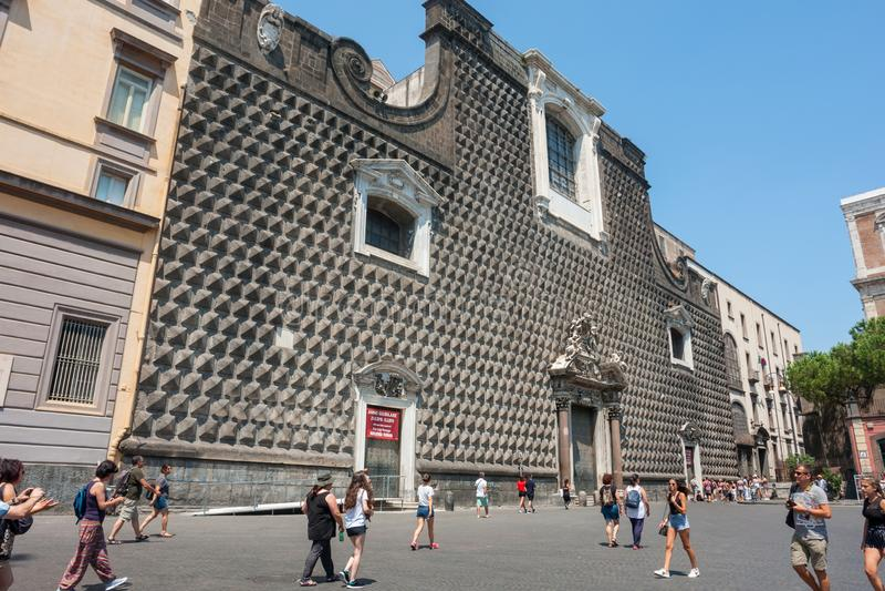 Turister går av den obefläckade oskulden på piazza Gesu Nuovo i Naples, Italien arkivfoton