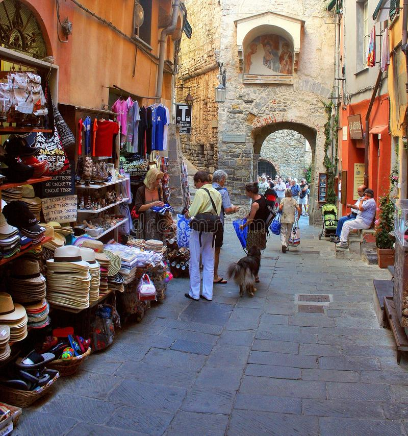 Turister går bredvid väggarna av Portovenere royaltyfri bild