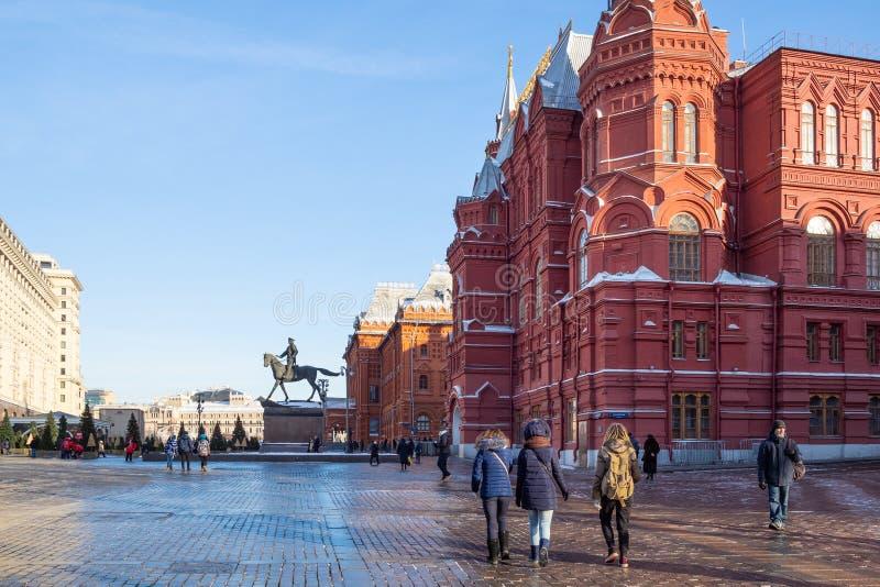 Turister går för att påstå det historiska museet i Moskva royaltyfri bild